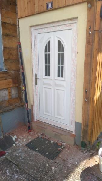Landhaus-Haustuer-mit-Sprossenfenster